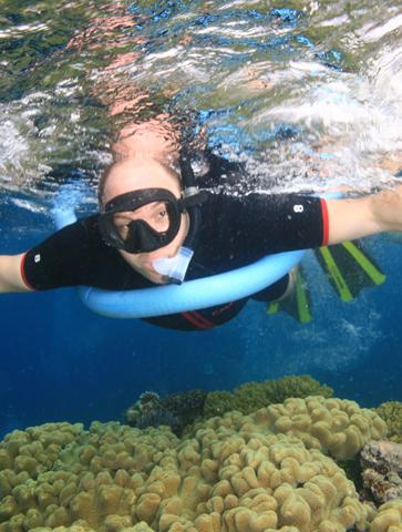 Mit einer Poolnudel im Arm lässt sich am Great Barrier Reef herrlich schnorcheln. (Foto Karsten-Thilo Raab)
