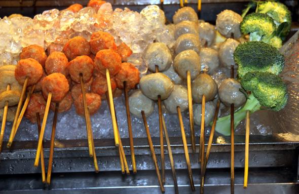 In den Garküchen vieler asiatischer Länder sollte man gewisse Vorsicht walten lassen - überhaupt sollten Speisen und Getränke auf Reisen mit Bedacht gewählt werden. (Foto Karsten-Thilo Raab)