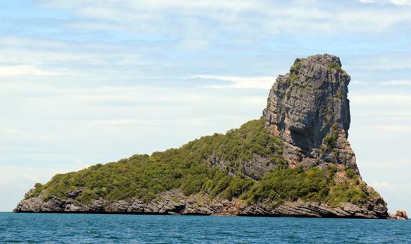 Einige der Kalksteininseln haben - wie diese hier in Fußform - merkwürdige Gestalt angenommen. (Foto Karsten-Thilo Raab)