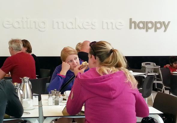 """Eating makes me happy"" lautet das Motto im Büffetrestaurant des Vier-Sterne-Superior-Hauses. (Foto Karsten-Thilo Raab)"