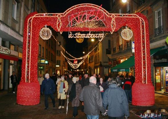 Seit dem Jahre 1570 wird in Straßburg - wie hier an der Rue d´Austerlitz - der Weihnachtsmarkt begangen. (Foto Karsten-Thilo Raab)