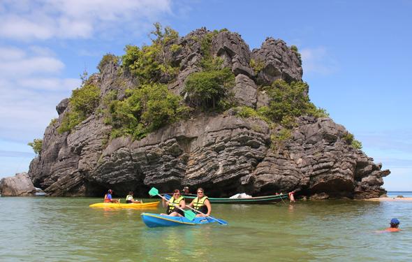 Auch mit dem Seekajak lassen sich Teile des Mu Ko Ang Thong National Parks erkunden. (Foto Karsten-Thilo Raab)
