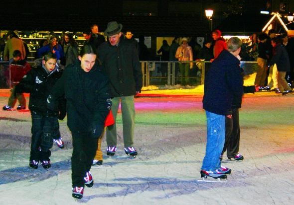 Eislaufen im Schatten des Münsters gehört zu den winterlichen Vergnügen in Straßburg. (Foto Karsten-Thilo Raab)