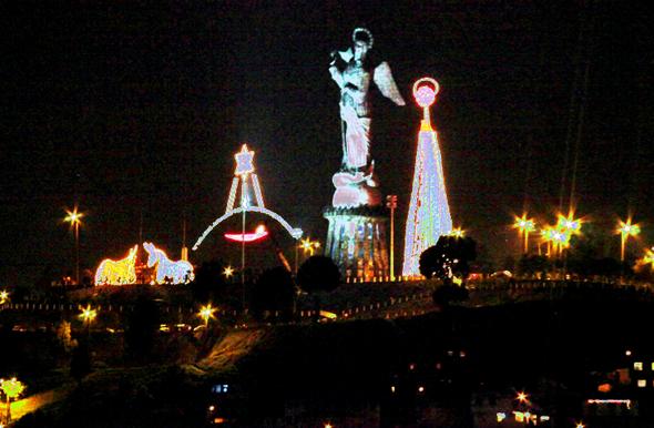 Weihnachtliche Beleuchtung stimmt in Quito auf das Fest der Feste ein.