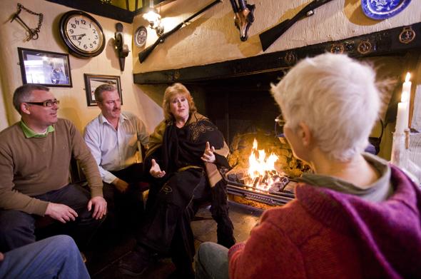 Mit einem Pint in der Hand lösen sich in irischen Pubs die Probleme der Welt schnell in Wohlgefallen auf. (Fotos Tourism Ireland)