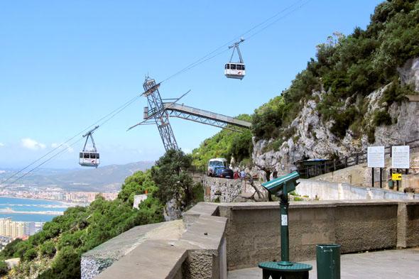 Die 1966 eröffnete Seilbahn führt von der Bodenstation beim Botanischen Garten zu einer Aussichtsterrasse beim 367 Meter hohen Signal Hill des 426 m hohen Gibraltarfelsens. Mit der Seilbahn gelangt man auch zum St. Michael's Cave, einer Tropfsteinhöhle, die als Konzerthalle benutzt wird. (Foto Bildpixel/Pixelio)