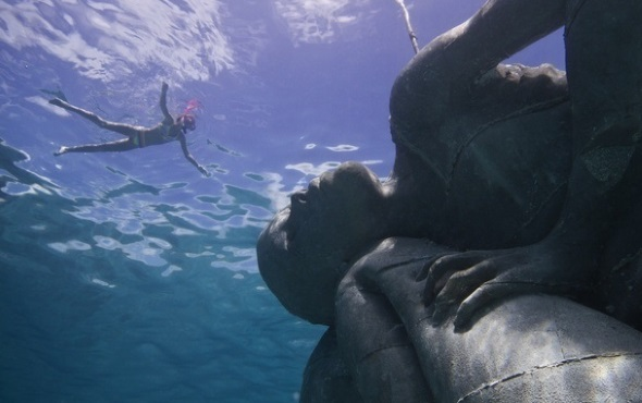 Herrliche An- und Aussichten unter Wasser in den Sir Nicholas Nuttall Coral Reef Sculpture Gardens. (Foto Bahamas Tourist Office)