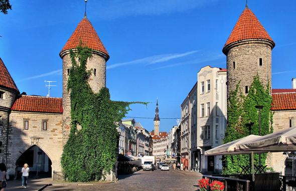 Die Stadtmauer und zwei mächtige Wehrtürme an der Viru-Strasse in Tallin. Auf der Strasse gelangt man direkt zum Rathausplatz. Im Hintergrund grüßt der 64 Meter hohe Rathausturm. (Foto Bildpixel/Pixelio)