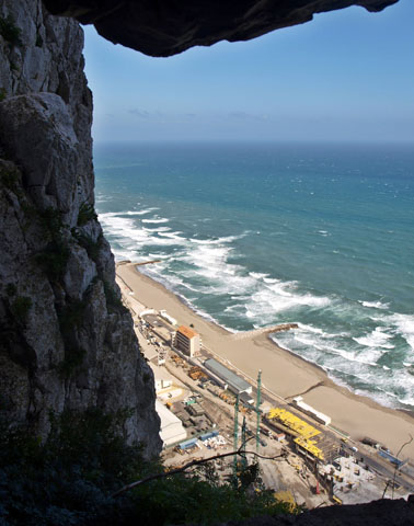 Blick vom Affenfelsen auf die Sandstrände von Gibraltar. (Foto Waldili/Pixelio)