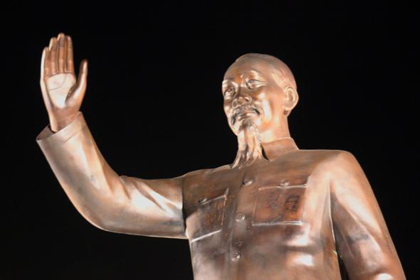 Ho Chi Minh, der Übervater der Nation, grüßt vom Sockel seines Denkmals vor dem Rathaus. (Foto Karsten-Thilo Raab)