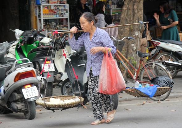 Manch einer hat in den Straßen von Ho Chi Minh City schwer zu schleppen. (Foto Karsten-Thilo Raab)
