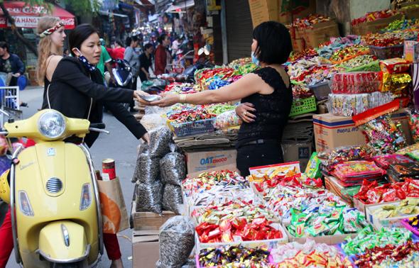Selbst beim Einkauf steigen die Vietnamesen, wenn möglich, nicht vom Roller ab. (Foto Karsten-Thilo Raab)