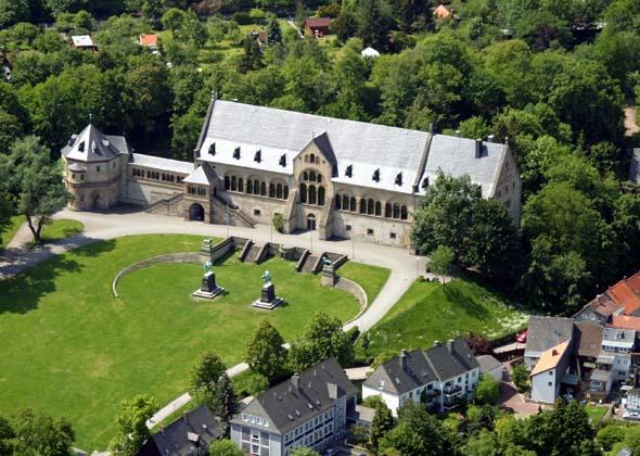 Nicht nur aus der Luft überaus faszinierend: die Kaiserpfalz in Goslar. (Foto GOSLAR marketing gmbh)
