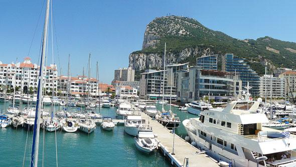 Blick auf den Hafen und den Affenfelsen. (Foto Caleta Hotel)