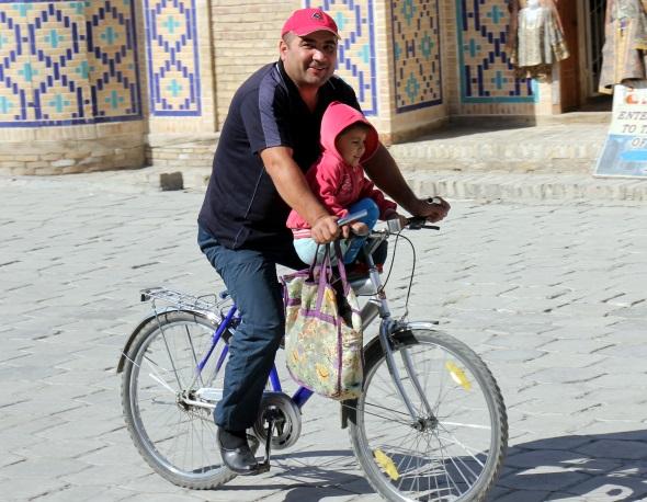 Ein Auto können sich nur wenige Usbeken leisten - daher treten viele in die Pedale. (Foto Karsten-Thilo Raab)