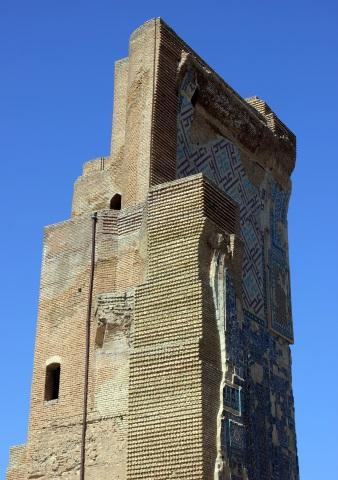 An den Türmen des Weißen Palastes sind noch immer die kostbaren Mosaike zu erkennen. (Foto Karsten-Thilo Raab)