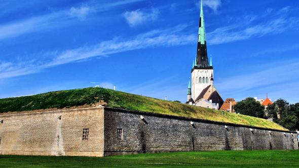 Die historischen Kasematten in Tallin werden von der in der Nähe stehenden St. Olai-Kirche überragt. (Foto Bildpixel/Pixelio)