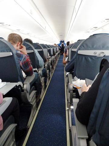 Ob der engen Sitzreihen ist an entspanten Schlaf während vieler Flüge kaum zu denken.