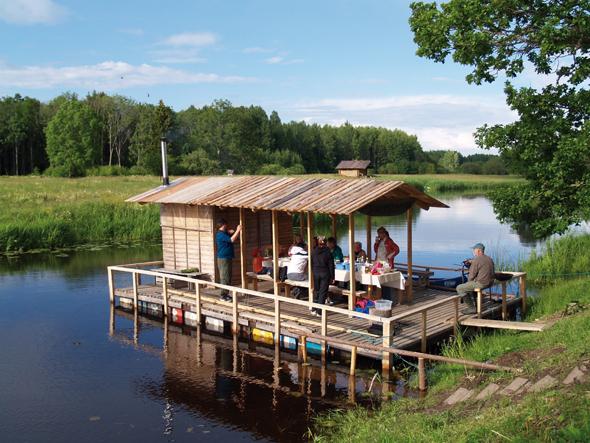 Inmitten der wunderbaren Natur finden sich Besonderheiten wie diese schwimmende Sauna. (Foto Visit Estonia)