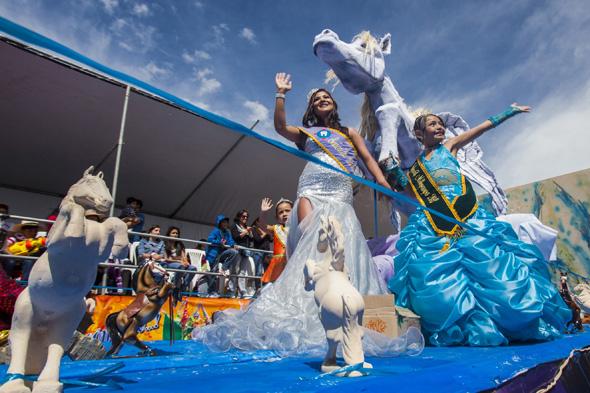 Auch Motto- und Festwagen sind ein fester Bestandteil im peruanischen Karneval. (Foto Promperú)