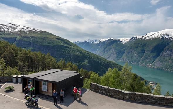 """Klo mit Aussicht: Das schönste """"Sitzungszimmer"""" der Welt im Westen Norwegens bietet eine grandiose Aussicht auf den Aurlandsfjord. (Foto Statens Vegvesen)"""