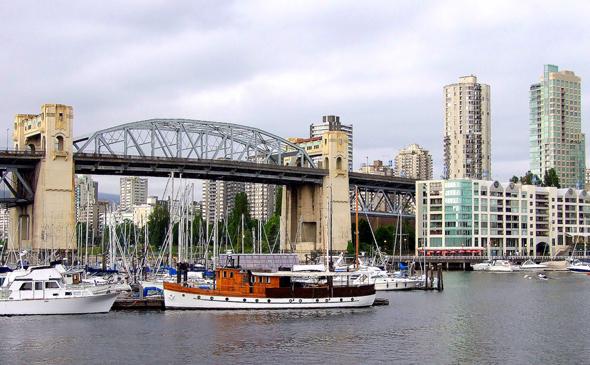 Die Burrard Bridge vor den Hochhaustürmen von Downtown Vancouver. (Foto Katharina Büttel)