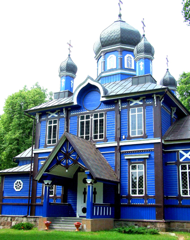 Farbenfroher Blickfang: Die orthodoxe Wallfahrtskirche im Dorf Puchly. (Foto Katharina Büttel)