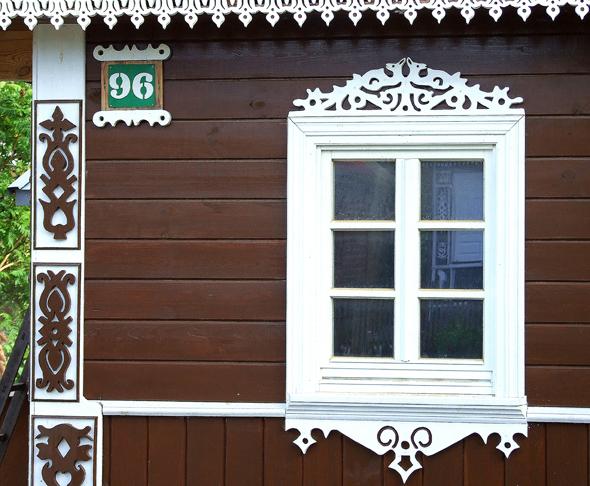 Geschnitzte Fensterrahmen so schön wie Brüsseler Spitze. (Foto Katharina Büttel)