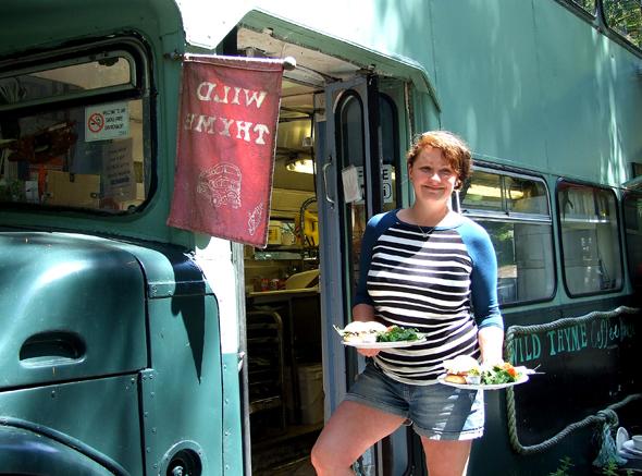 Lunch bei Aleah, Chefin des originellen Bus-Restaurants auf Saturna Island.. (Foto Katharina Büttel)