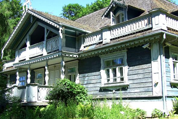 Stummer Zeuge der Geschichte: das ältestes Gutshaus im Palastpark Bialowieza. (Foto Katharina Büttel)