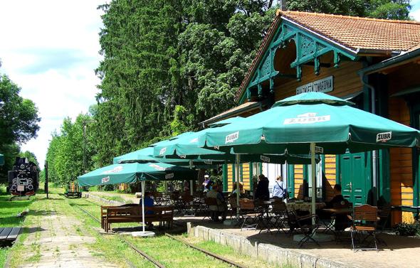 Draisinenfahrt zum Lunch im alten Zarenbahnhof Towarowa. (Foto Katharina Büttel)