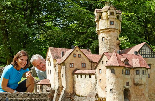 Das Weserbergland im Kleinformat: Der Mühlenplatz in Oberweser stellt mit 60 Miniaturen die wichtigsten Sehenswürdigkeiten der Region vor.(Foto: djd)