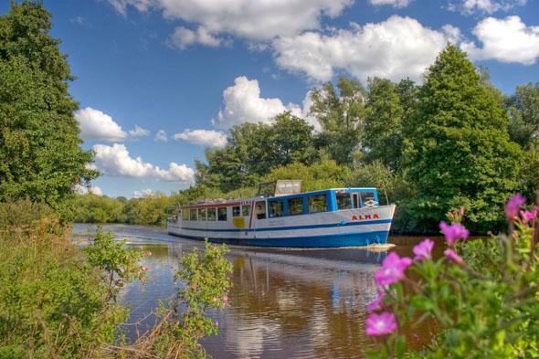 """Mit der """"Alma"""" geht es auf der Strecke zwischen Bremen-Vegesack und Worpswede im Sommer durch das Teufelsmoor. (Foto: djd)"""