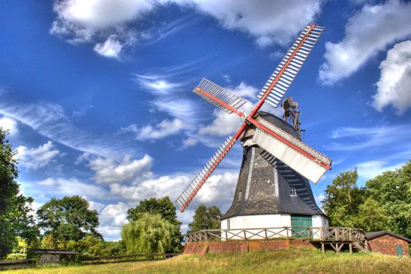 Die Worpsweder Mühle ist eines der Wahrzeichen imTeufelsmoor. Nach aufwendiger Restaurierung ist sie wieder voll funktionstüchtig und bei günstigem Wind drehen sich ihre Flügel wie in alter Zeit. (Foto: djd)