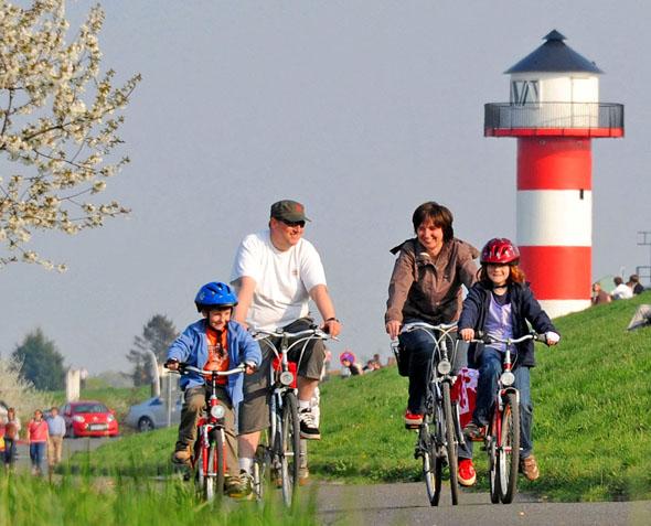 1.000 Kilometer ausgeschilderte Radwege laden zu einer Tour durch die maritim geprägte Urlaubsregion Altes Land am Elbstrom ein. (FotoMartin Elsen)