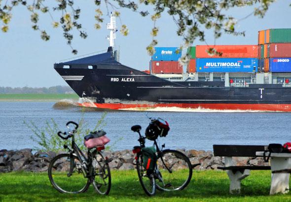 Pause für Pedalritter: Auf dem Elbe-Radweg ziehen dicke Pötte zum Greifen nah vorbei. (Foto: Martin Elsen)