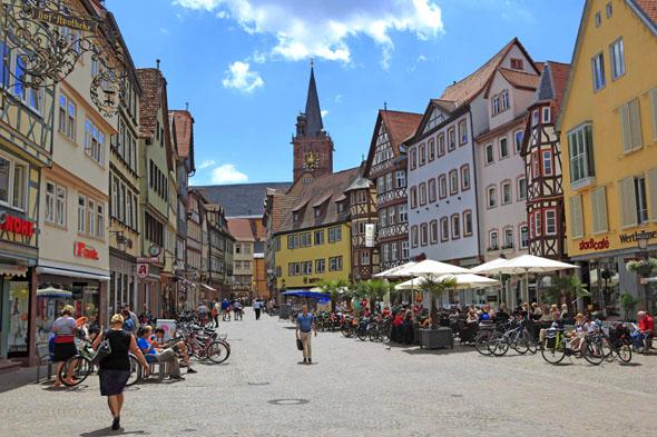 Wertheim - hier mit dem Marktplatz und der Stiftskirche - ist ein reizvolles Ziel für Radtouren entlang der Tauber oder des Mains. (Foto djd)