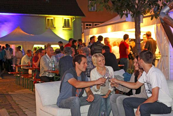 """Feste im Herzen der Altstadt - wie das Weinfest """"Schoepple"""" am Neuplatz - sin ein Genuss für jung und alt! (Foto djd)"""