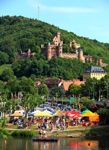 """""""Beach-Club"""" - Stadtstrand an der Mainspitze. (Foto djd)"""