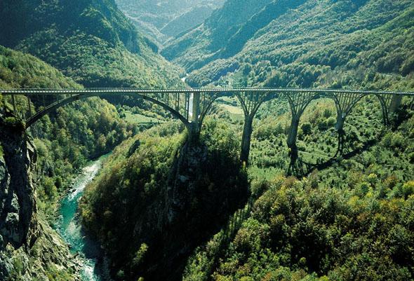 Landschaftliches Highlight: Die Tara-Schlucht in Montenegro ist die tiefste in Europa. (Foto: djd)