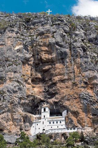 Spektakulär gelegen: das Kloster Ostrog in Montenegro. (Foto: djd)