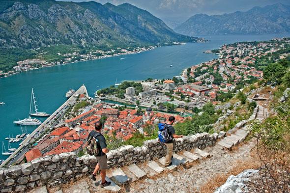 Aussichtsreich: Wandern in die Bucht von Kotor, sie zählt zum Unesco-Weltkulturerbe. (Foto: djd)
