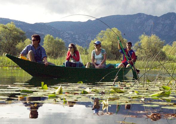 Die Schönheit des Skadarsees in Montenegro lässt sich am besten auf einer Bootsfahrt entdecken. (Foto: djd)