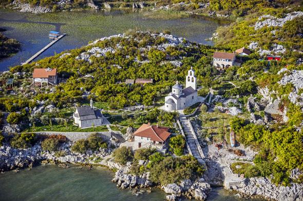 Natur und Kultur liegen im kleinen Balkanstaat Montenegro immer ganz nah beieinander, wie hier das Kloster Beška am Skadarsee. (Foto: djd)