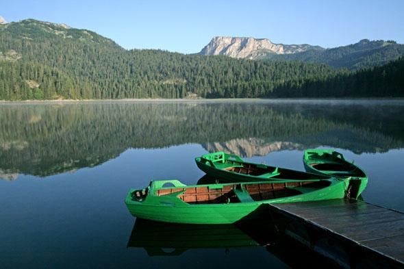 """Der """"Schwarze See"""" im Durmitor Nationalpark ist ein Ort unberührter Natur. (Foto: djd)"""