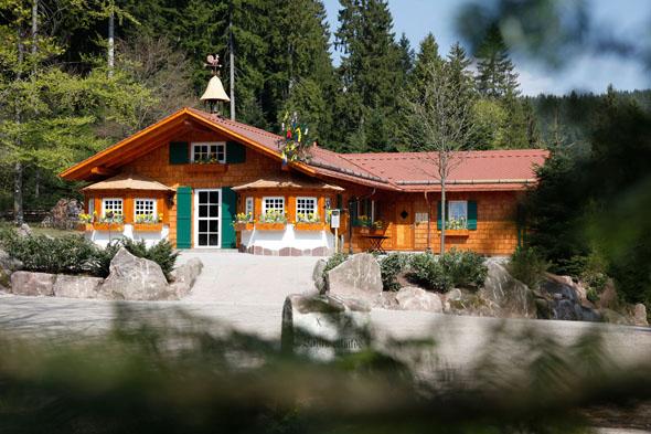 Gemütlich einkehren können Wanderer zum Beispiel in der Wanderhütte Sattelei in Baiersbronn-Mitteltal. (Foto: djd)