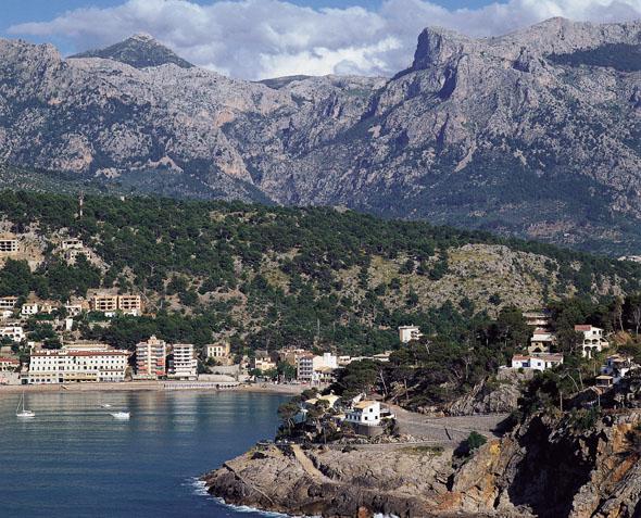 Von hoch aufragenden Bergen umgeben: das malerische Sóller. (Foto Turespaña)