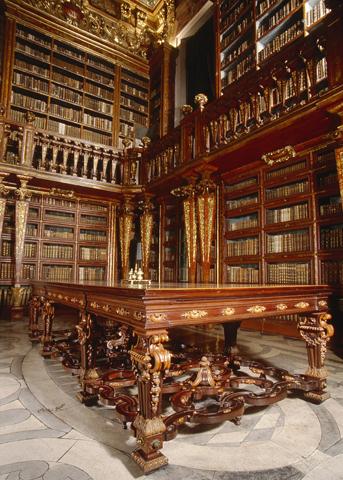 Überaus prachtvoll: die barocke Bibliotheca Joanina.