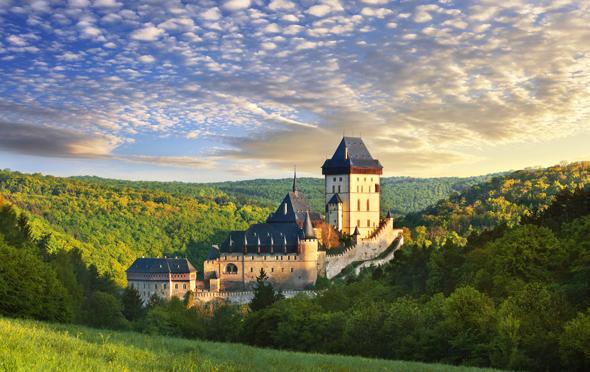 Karl IV. ließ Burg Karlštejn (Karlstein), rund 30 km südlich von Prag, ab 1348 errichten. (Foto Ladislav Renner)