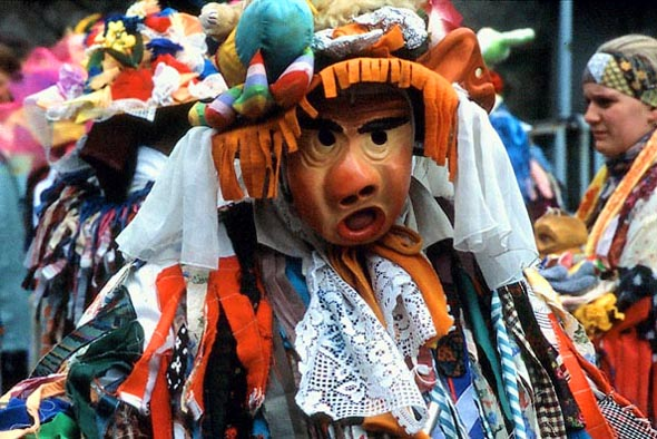 Die Masken sorgen dafür, dass die Narren unerkannt bleiben. (Foto Udo Haafke)